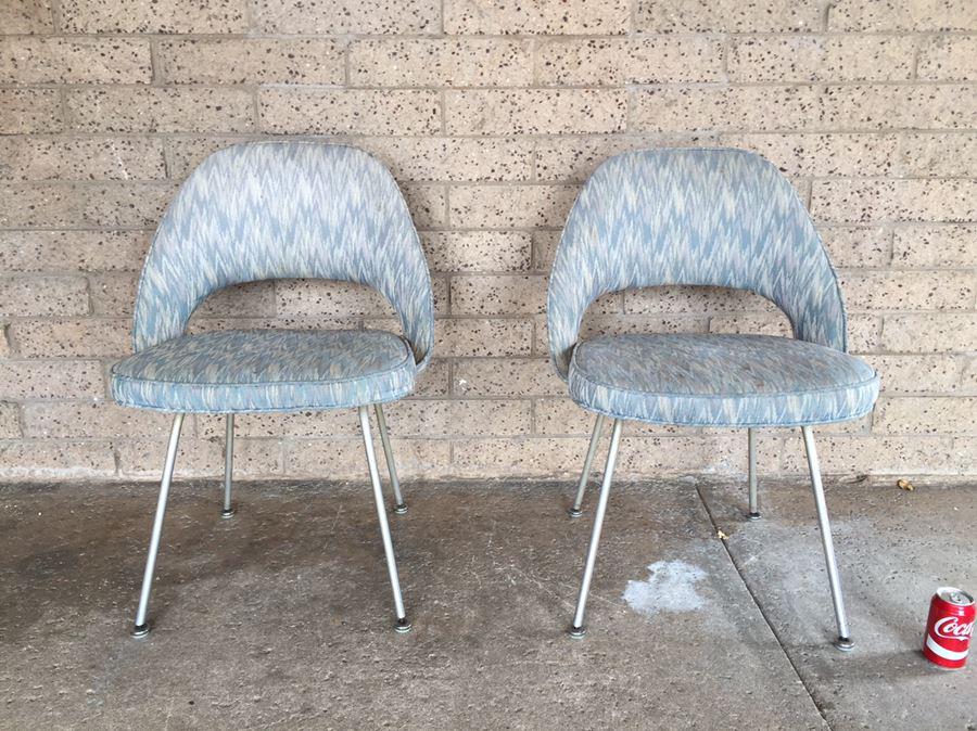 pair of iconic 1950 s knoll eero saarinen executive armless chairs