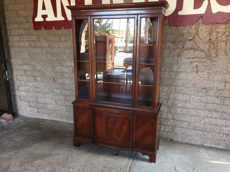 Nice Mahogany China Cabinet Lockable With Skeleton Key [Photo 1] - Nice Mahogany China Cabinet Lockable With Skeleton Key
