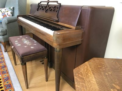 WURLITZER KORDEVON Art Deco Upright Spinet Piano S/N 195224 With Matching Needlepoint Piano Bench