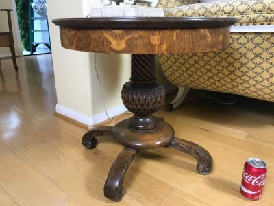 Stuning Round Tiger Oak Pedestal Table With Detailed Carvings