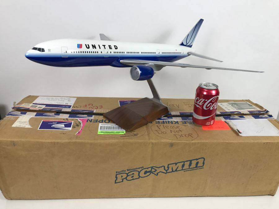 Pacific Miniatures PacMin Precision 1/100 Scale Model Airplane Of UNITED (2004) Boeing 777-200 With Box [Photo 1]