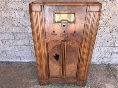 Vintage Art Deco Wooden Cabinet RCA Victor Tube Radio - Needs Servicing - No Speaker And Missing Knobs - Model 6K3