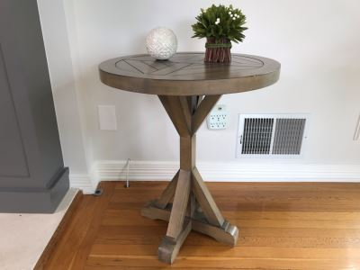 Bridgeport Round End Table 22D X 26.5H With Pair Of Decorative Accents
