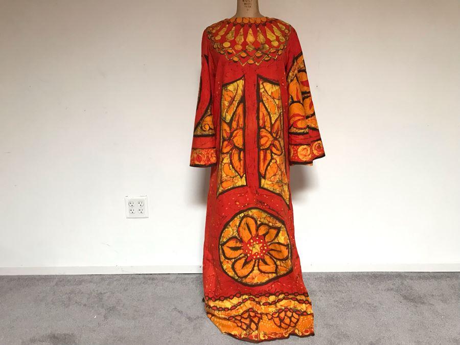 Vintage Mid-Century Hawaiian Batik Muumuu Dress (Shoulder To Shoulder: 15', Length 56') [Photo 1]