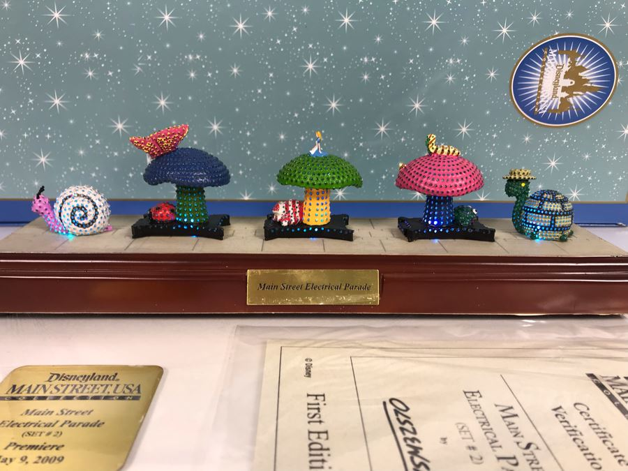 HAND SIGNED By Robert Olszewski Disneyland Main Street, USA Collection: First Edition Main Street Electrical Parade (Set #2) By Robert Olszewski Disney Theme Park Attraction Miniature Model With Box And COA 10.5W X 2.75D DL0602 (Estimate $300-$700) [Photo 1]
