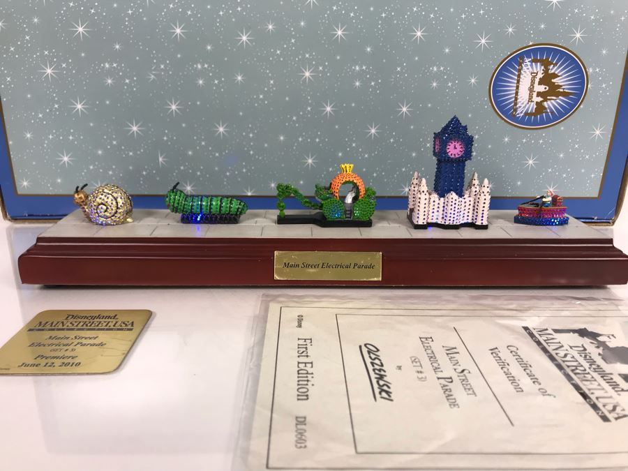 HAND SIGNED By Robert Olszewski Disneyland Main Street, USA Collection: First Edition Main Street Electrical Parade (Set #3) By Robert Olszewski Disney Theme Park Attraction Miniature Model With Box And COA 12W X 2.75D X 3H DL0603 (Estimate $300-$700) [Photo 1]