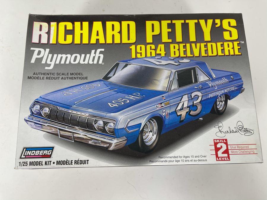 Lindberg Richard Petty's Plymouth 1964 Belvedere Car Model Kit 1997